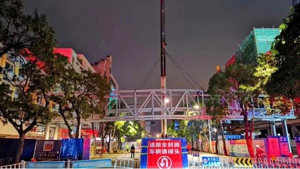 复工第14天,景典钢构完成玉林首座人行天桥主体结构的架设安装